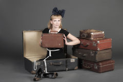 Donna e vecchie valigie Fotografia Stock Libera da Diritti