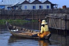 Donna e villaggio di galleggiamento, Cambogia fotografie stock