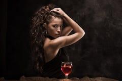 Donna e vino Fotografia Stock Libera da Diritti