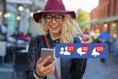 Donna eccitata circa ottenere attenzione sui media sociali fotografia stock libera da diritti
