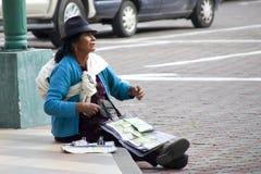 Donna ecuadoriana che vende i biglietti di lotteria Fotografia Stock Libera da Diritti