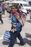 Donna ecuadoriana con il bambino su lei indietro Fotografia Stock