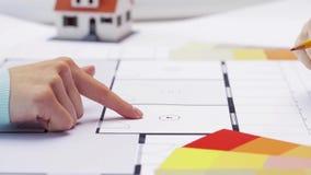 Donna ed architetto che discutono modello della casa video d archivio