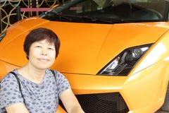 Donna ed automobile sportiva del lusso Fotografia Stock