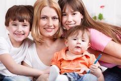 Donna ed i suoi bambini Fotografie Stock Libere da Diritti