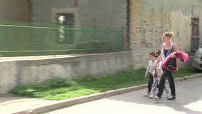 Donna ed i suoi bambini nel villaggio di Anton in Bulgaria Fotografia Stock Libera da Diritti