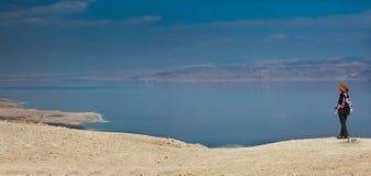 Donna ed il panorama del mar Morto Immagini Stock