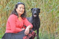 Donna ed il suo cane di animale domestico Fotografia Stock Libera da Diritti