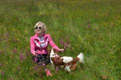 Donna ed il suo cane su un prato Fotografie Stock Libere da Diritti