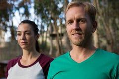 Donna ed istruttore dopo il buon allenamento nella foresta Fotografia Stock Libera da Diritti