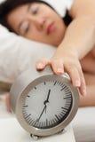 Donna ed orologio sonnolenti Immagini Stock Libere da Diritti