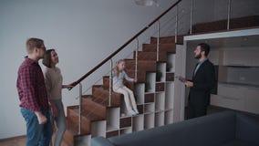 Donna ed uomo che discutono documento per la nuova casa di affitto con il bene immobile video d archivio