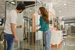 Donna ed uomo che guardano le recinzioni della doccia fotografie stock libere da diritti