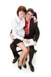 Donna ed uomo che si siedono su una presidenza con un taccuino Immagine Stock Libera da Diritti
