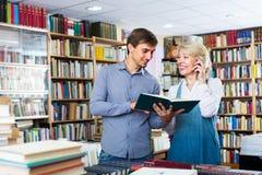 Donna ed uomo con i libri ed il telefono Fotografia Stock Libera da Diritti
