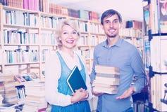 Donna ed uomo con i libri in negozio Immagine Stock Libera da Diritti