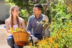 Donna ed uomo con il canestro del fiore Fotografia Stock Libera da Diritti