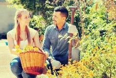 Donna ed uomo con il canestro del fiore Fotografia Stock