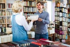 """donna ed uomo del ¿ del ï"""" con i libri in negozio Fotografie Stock"""