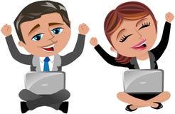 Donna ed uomo di affari che esultano computer portatile funzionante Fotografia Stock Libera da Diritti