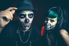 Donna ed uomo di scheletro cyber spaventosi di Halloween con lo studio del cappello fotografia stock libera da diritti