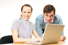 Donna ed uomo di smiley con il computer portatile Fotografie Stock Libere da Diritti