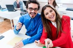 Donna ed uomo divertendosi come studenti all'istituto universitario Immagini Stock Libere da Diritti