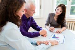 Donna ed uomo senior a pianificazione finanziaria di pensionamento Fotografia Stock
