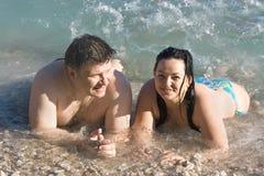 Donna ed uomo sulla spiaggia fotografie stock