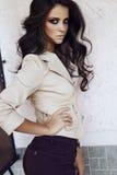 Donna efficiente sexy con capelli ricci scuri in vestiti eleganti immagine stock