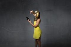 Donna egiziana che per mezzo della compressa Fotografie Stock Libere da Diritti