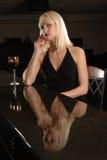 Donna elegante alla barra con vino Immagine Stock