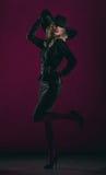 Donna elegante in black hat fotografia stock libera da diritti