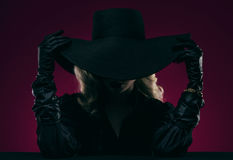 Donna elegante in black hat fotografia stock