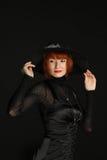 Donna elegante in cappello nero e vestito Fotografie Stock Libere da Diritti