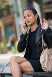 Donna elegante che comunica sul telefono astuto fotografie stock libere da diritti