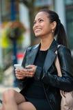 Donna elegante che texting sul telefono astuto fotografia stock