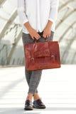 Donna elegante che tiene borsa di cuoio marrone Immagine Stock Libera da Diritti