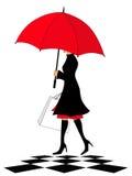 Donna elegante con il sacchetto rosso di acquisto e dell'ombrello Fotografia Stock