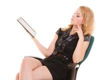 Donna elegante con il touchpad del computer del pc della compressa Immagini Stock Libere da Diritti