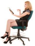 Donna elegante con il touchpad del computer del pc della compressa Immagini Stock