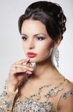Donna elegante con l'acconciatura e gli orecchini di sera. immagini stock libere da diritti