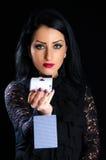 Donna elegante con le carte da gioco immagini stock