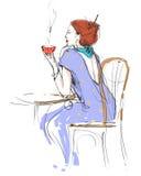 Donna elegante con una tazza di caffè. Immagine Stock Libera da Diritti