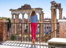 Donna elegante davanti alle attrazioni d'esplorazione di Roman Forum Immagini Stock