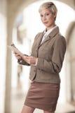 Donna elegante di affari con una lavagna per appunti. Immagine Stock Libera da Diritti