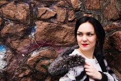 Donna elegante di giovane modo in vestito e pelliccia bianchi alla b immagine stock