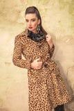 Donna elegante di modo che posa vicino ad una parete Fotografie Stock Libere da Diritti