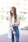 Donna elegante di stile di hippy con gli occhiali da sole nella via Immagini Stock Libere da Diritti