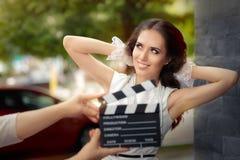 Donna elegante felice pronta per un tiro Fotografia Stock